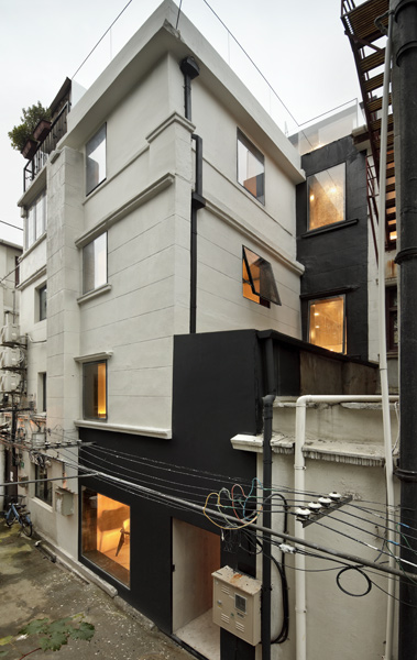The tight urban block allows views of the city and an open living arrangement