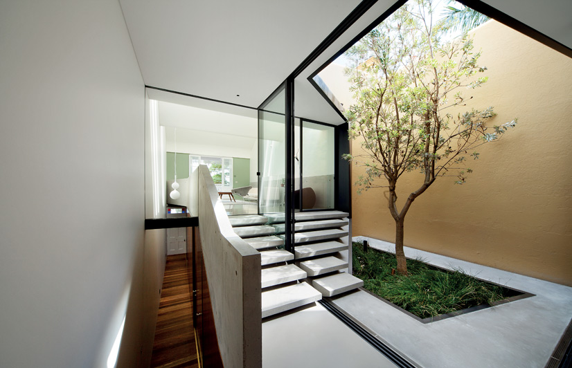 Skylight house australian design review for Casas con jardin interior